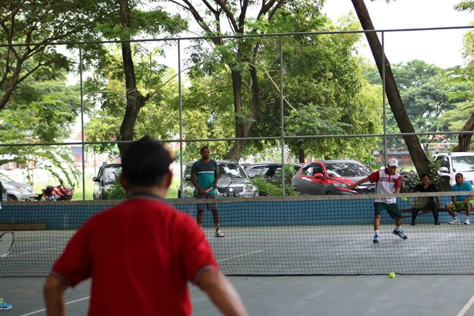 Peserta Rakor dan Diskusi Hukum Gelar Eksebisi Tenis Lapangan di GOR Kolaka